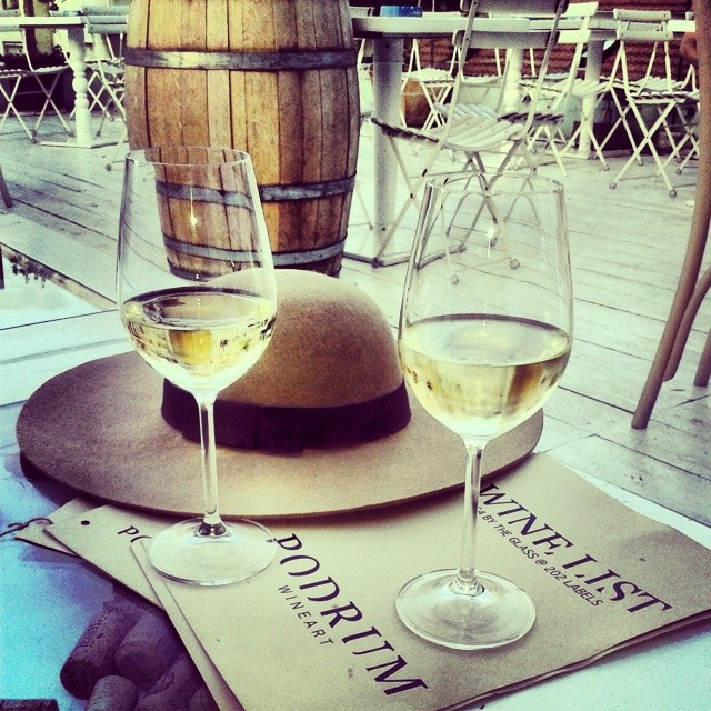 Podrum - šešir i vino